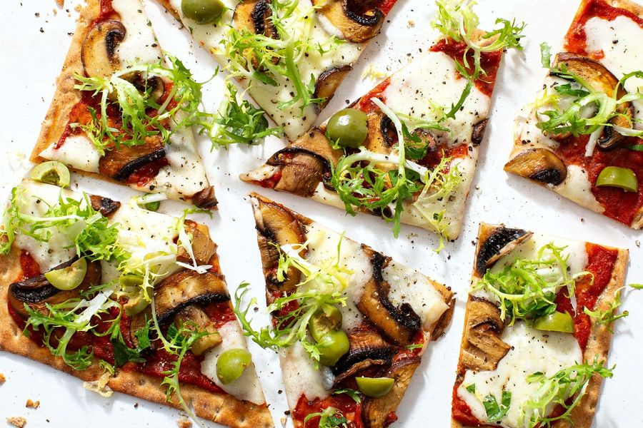 Spicy funghi flatbreads with fresh mozzarella and green olives