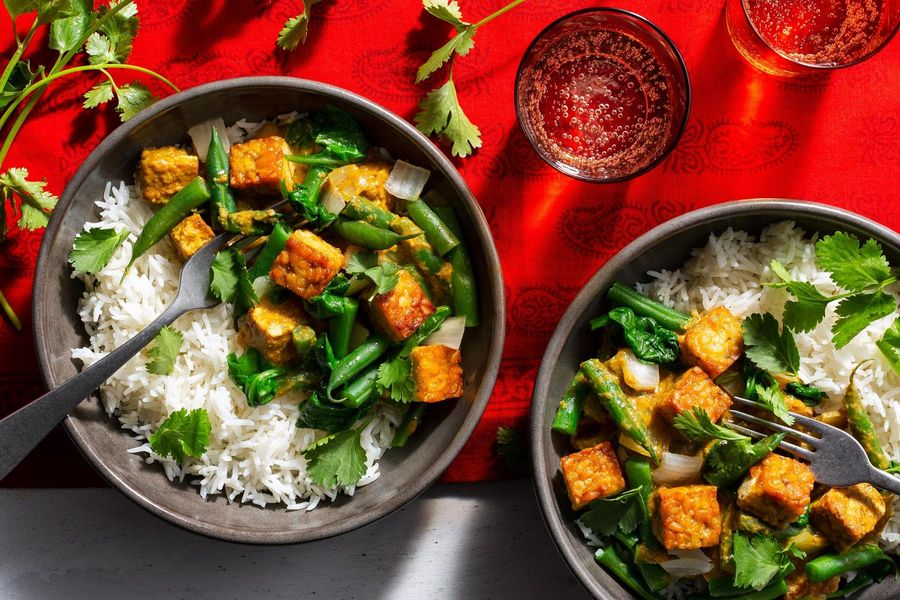Tempeh tikka masala with green beans and basmati rice