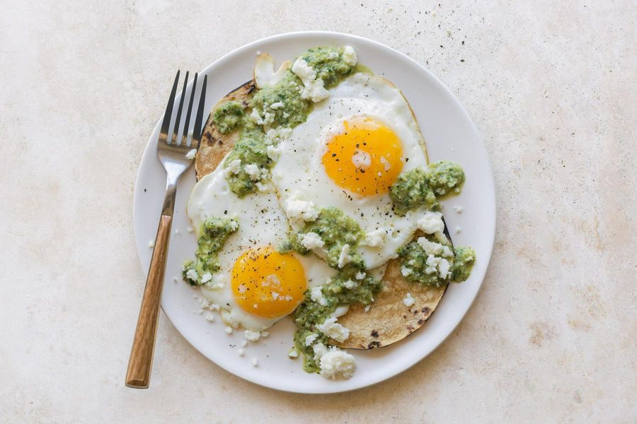 Fried eggs with green romesco