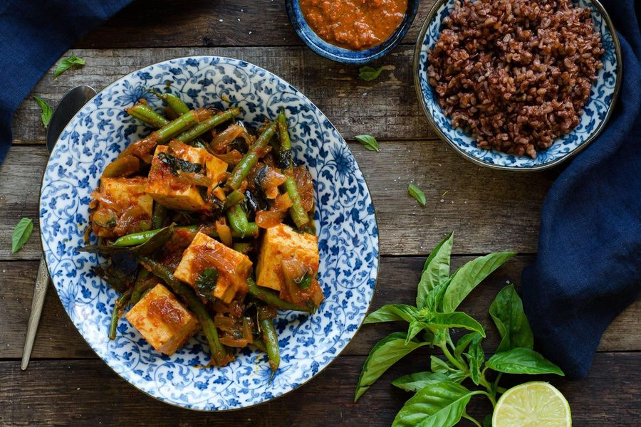 Pad prik king tofu with green beans & red rice